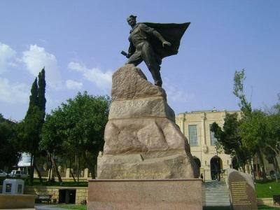 Памятник Мехти Гусейн-заде в Баку