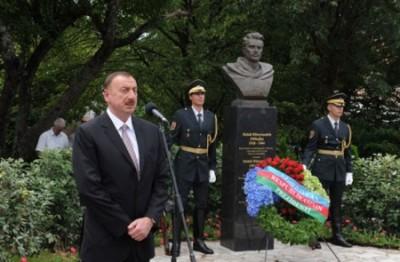 Президент Азербайджана Ильхам Алиев у памятника Месхи Гусейн-заде в словенском городе Ново Горица